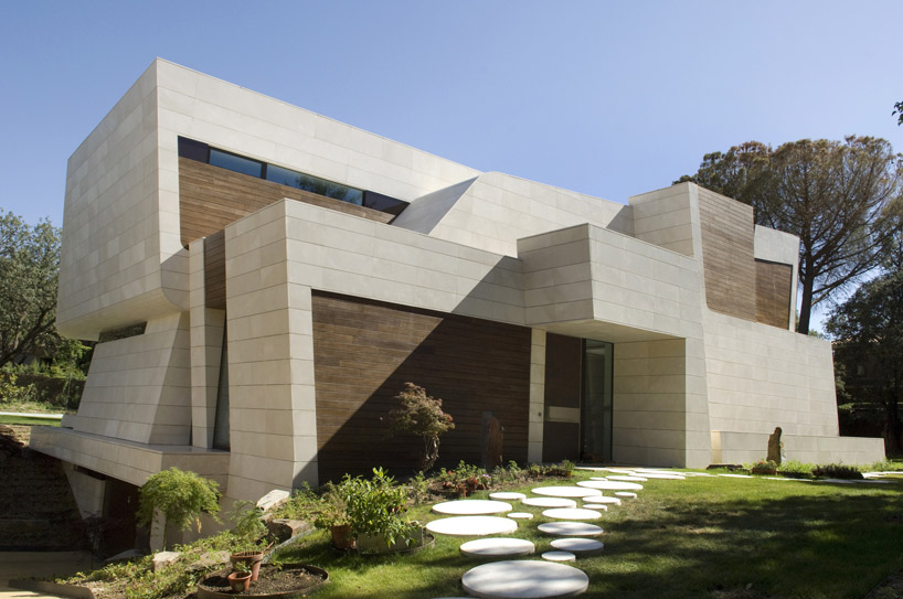 A cero vuelve a sorprender con una casa en m rmol y bamb for Arquitectura de interiores madrid