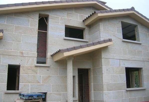 Cgr arquitectos elige paneles premontados en piedra para for Fachadas con azulejo