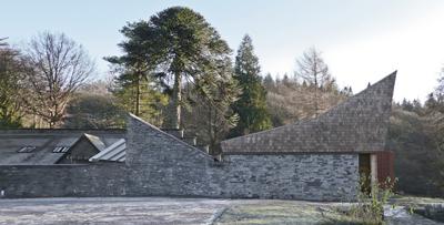 Grizedale Education Centre, en Cumbria, Inglaterra para el que se utilizaron grandes lajas como cerramiento de fachada-