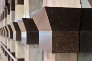 Detalle de los arcos hechos en DuPont™ Corian® (en colores Cocoa Brown y Arrowroot) que separan el espacio principal de rezo de la zona de rezo de las mujeres en el nivel de entresuelo. Arcos diseñados por Umar Faruque de Studio Architekton. Foto cortesía de CD (UK) Ltd, todos los derechos reservados.