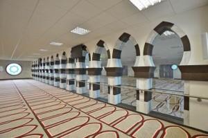 El principal espacio de oración de la nueva mezquita Jamia Sultania en Brierfield. Elevado, el espacio de rezo de las mujeres está separado por arcos hechos en DuPont ™ Corian ® en colores Cocoa Brown y Arrowroot por M y LSolid Surfaces. Foto cortesía de CD (R.U.) Ltd, todos los derechos reservados.