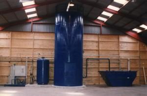 Instalación en una fábrica de adoquines con depósito de decantación y  compactado EASY, contenedor EWC, estación de bombeo y cuadro eléctrico.
