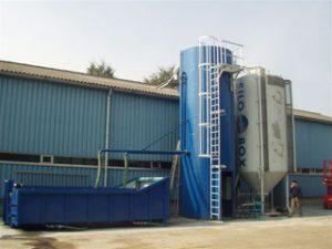 Equipo de neutralización de PH y deshidratación de lodos con  un contenedor EWC de gancho y rodillos.