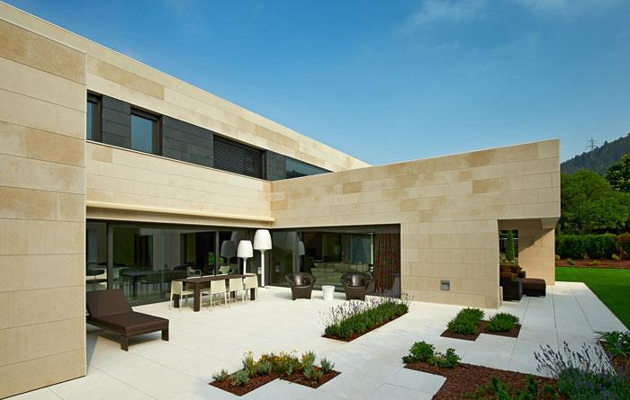 Vivienda unifamiliar con fachada en piedra caliza en la for Fachadas casas unifamiliares