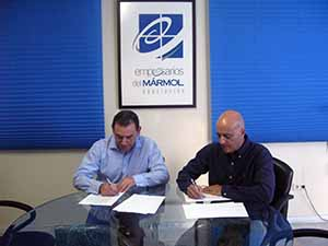 Antonio Martínez y Diego Martínez durante la firma del acuerdo.