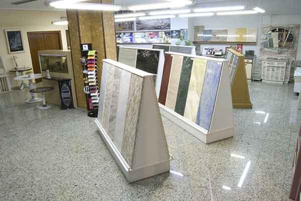Interior de la tienda de Mármoles Garbel en el centro de Zaragoza.