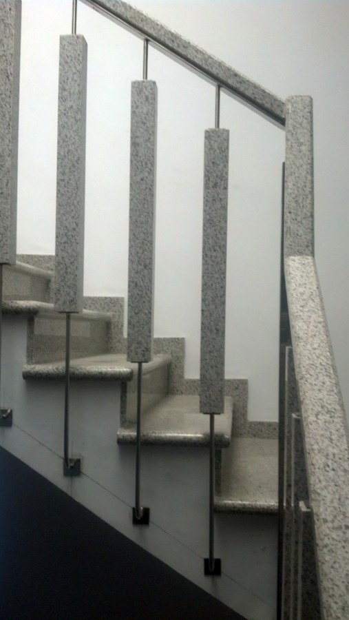 M rmoles alberola realiza una escalera con barrotes y for Granito marron cristal