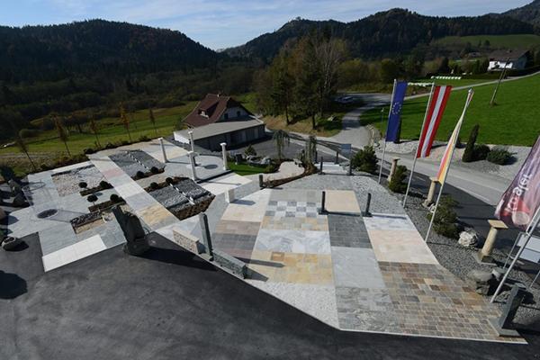 Kogler naturstein instala un showroom al aire libre con for Material parecido al marmol