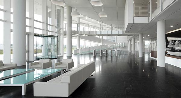 Laboratorio de GruppoI-talcementi con pavimento realizado por Raumizzi Marmi.