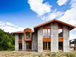Casa Arias en Navarra, certificada con Passivhaus en 2012 con fachada de piedra y madera.