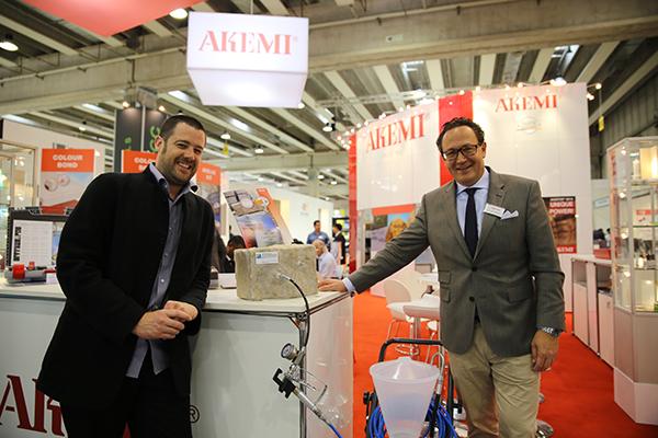 A la izda Xabier Aldanondo y a la derecha Dirk C. Hamann de Akemi.