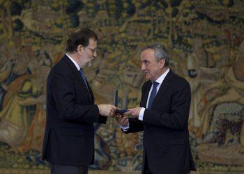 Paco-Cosentino-recibiendo-la-Medalla_Trabajo-1