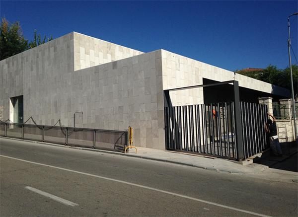 fachada ventilada de piedra campaspero en el gimnasio de
