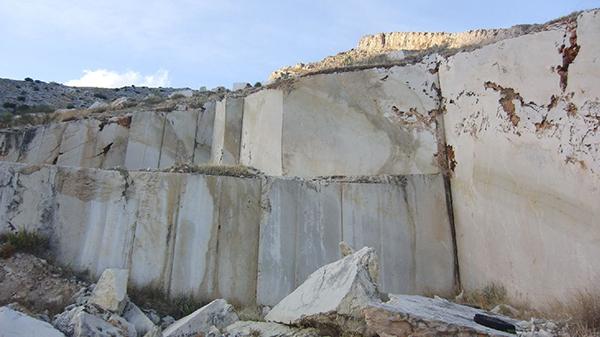 la titular de la cantera de fuente la pea pleitea por reabrir y recuperar la extraccin de piedra