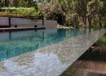 Detalle de piscina de piedra natural