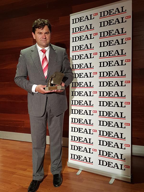 Antonio Sánchez sostiene el Premio Ideal