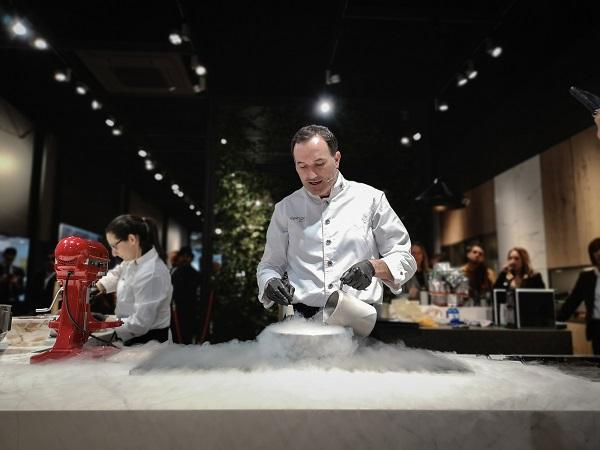 Inalco in Espacio Cocina SICI - Chef Miguel Marti with liquid nitrogen
