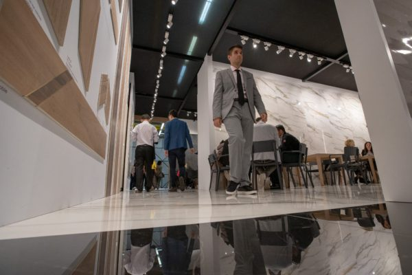 GRESPANIA-BOOTH-AT-CERSAIE-FULL-OF-PEOPLE-1024x683