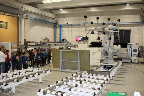 FOTO 1 Gli studenti ammirano ZEUS, il robot per il carico automatico delle lastre