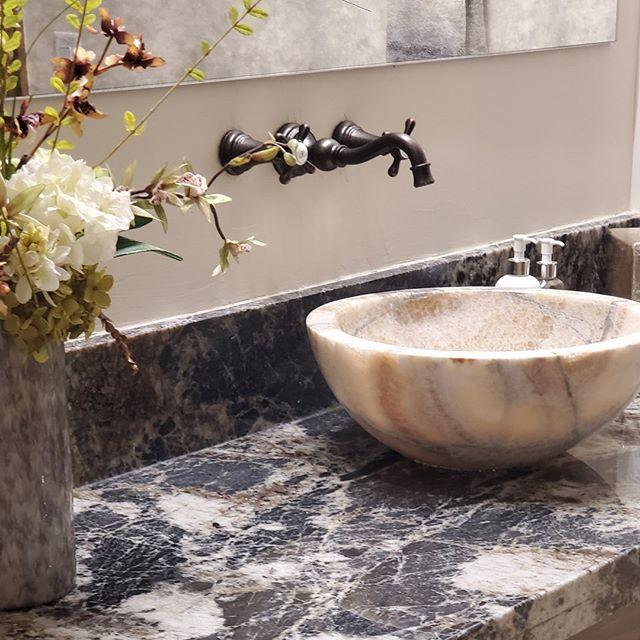 lavabo y encimera en piedra natural