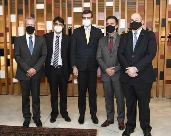 Bento Albuquerque_ Frederico Robison_ Carlos Alberto França_ Fabio Cruz e Augusto Pestana durante cerimônia de assinatura